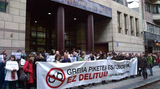 Euskal sindikatuen elkarretaratzea Bilboko Justizia Jauregian