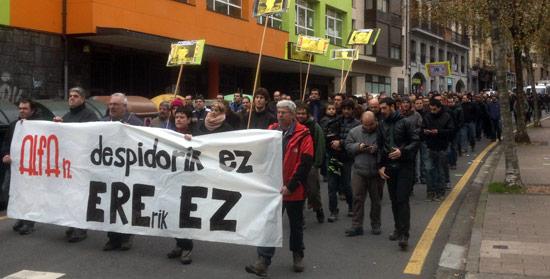 """Manifestación realizada por la plantilla de ALFA bajo el lema """"Despidorik ez!"""""""