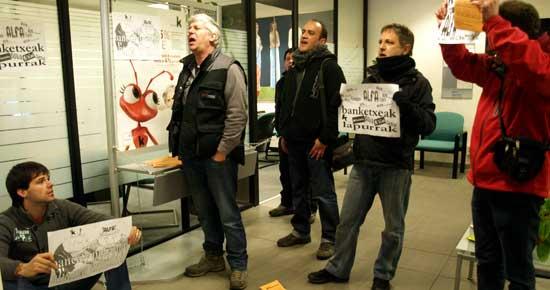 Trabajadores y trabajadoras de ALFA se han encadenado en la sucursal de Kutxabank