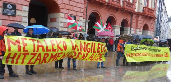 Deba Beheako LABeko Delagatuen elkarretaratzea herrialdeko hitzarmenaren alde Eibarko Unzaga plazan.