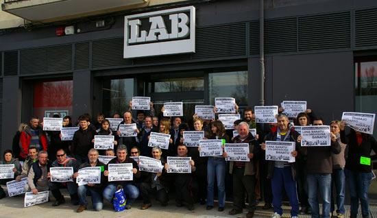 Concentración de LAB frente a la sede de la Rochapea.