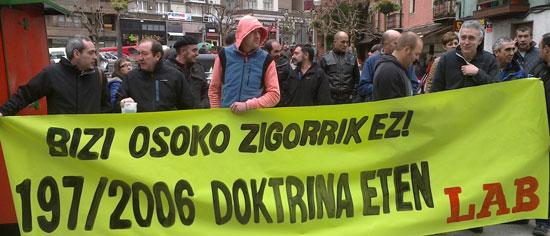 Hego Uribe eta Arratiako delegatuak elkarretaratzea egin zuten bizi osoko zigorraren kontra.