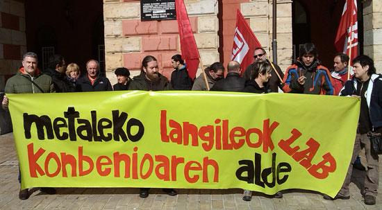 Deba Beheako metalgintzako delegatuek elkarretaratzea egin dute hitzarmenaren alde.