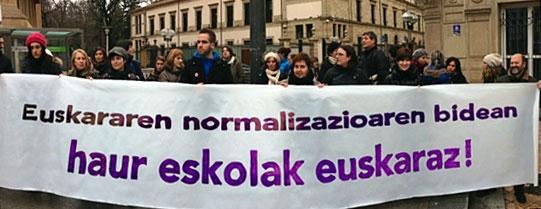LAB, STEE-EILAS eta ELA sindikatuokhezkuntzako hainbat eragileen elkarretaratzea Gasteizko parlamentuan.