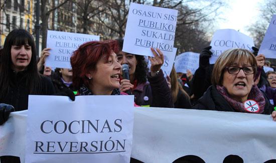 Concentración para exigir la reversión de las cocinas de Osasunbidea.