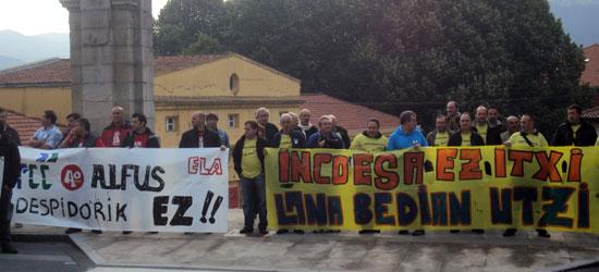 Concentración frente a las Juntas Generales un día antes de comenzar la marcha hasta el Parlamento de Gasteiz.