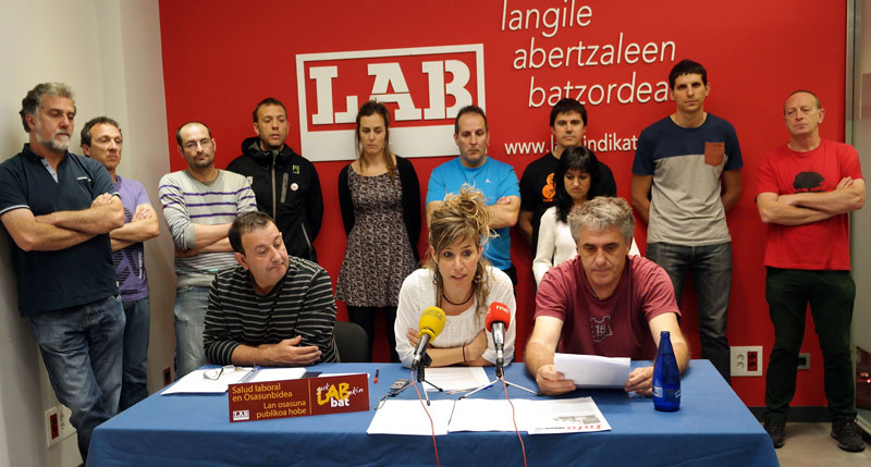 Rosa Iriarte, Lan Osasuneko arduraduna eta Alberto Mendilazo Osasunbideako arduraduna, zenbait enpresetako ordezkari sindikalekin batera