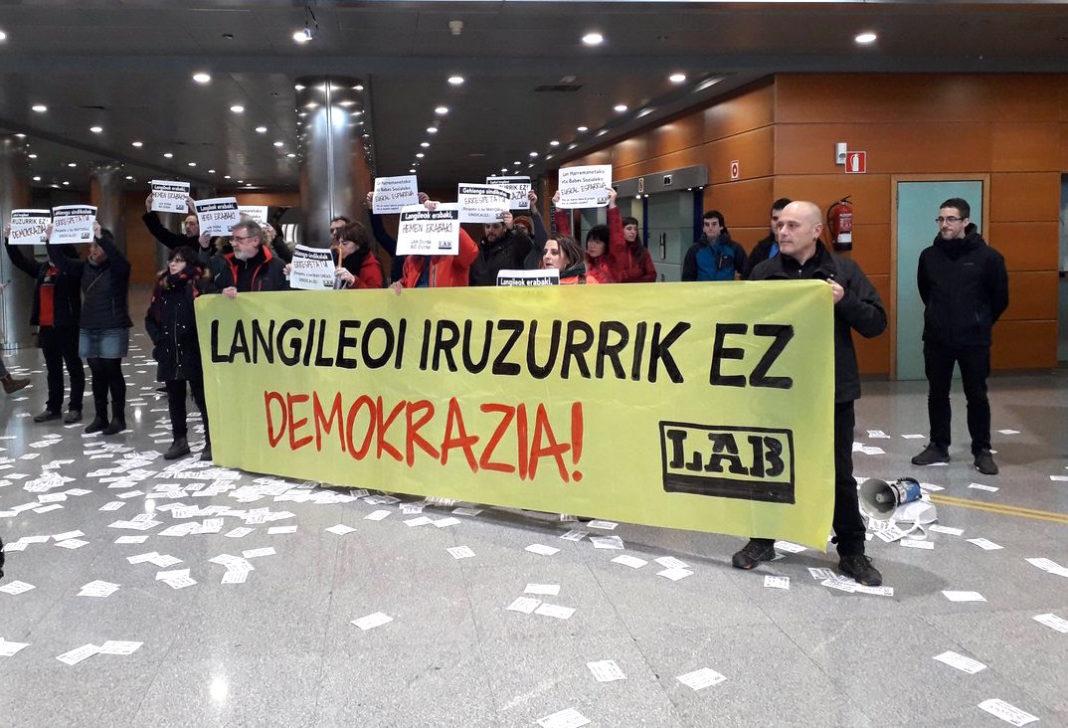 Protesta que llevamos a cabo el año pasado en Lakua ante la primera reunión de la denominada Mesa de Diálogo Social.